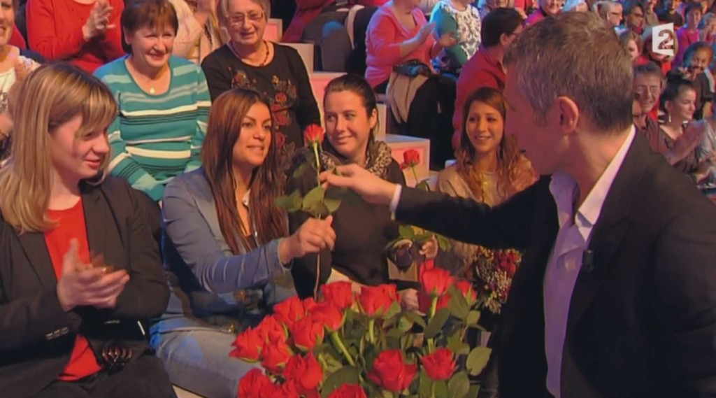 Nagui offre des roses aux filles présentes dans le public